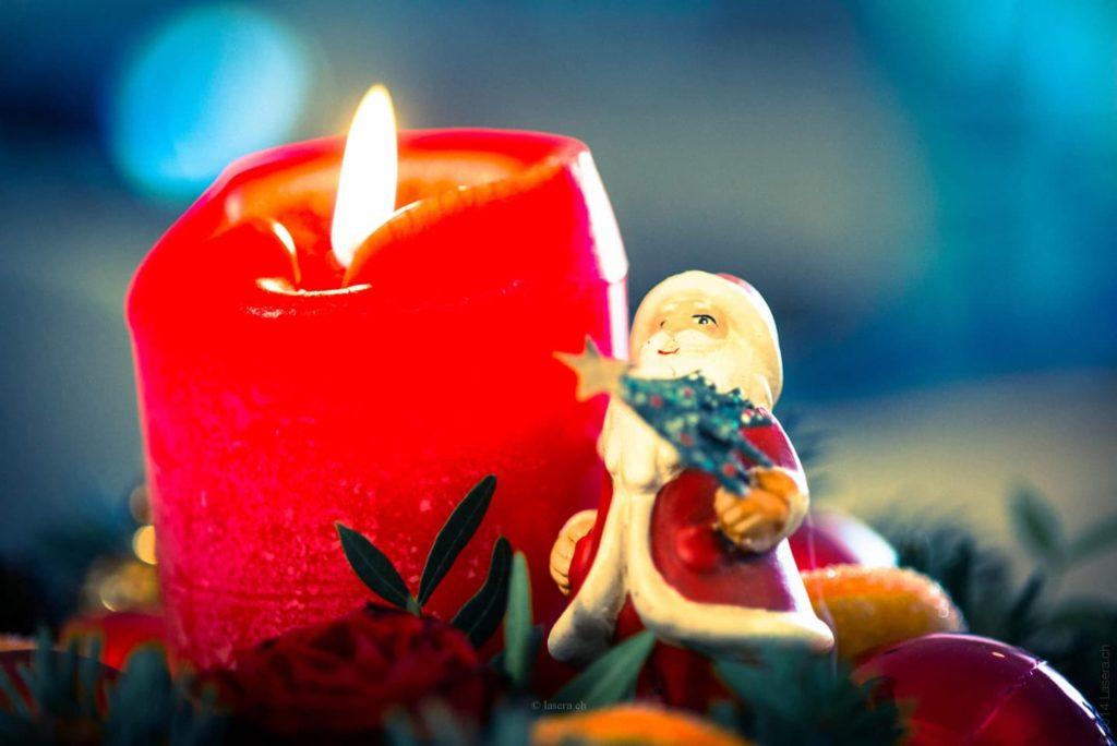 Décoration fête de fin d'année - bougie et père noël 1440x962